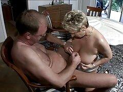 Valaki, aki szereti a maszturbáció Young bujkál a kanapé mögött, majd fel kaproni a kezében, kezd szex filme maszturbálni aktívan. A szobalány érzéki véletlenül elkapja fia, a tulajdonos, mert a piszkos munkát akar menni. Nézd éhes férfiak, mén sajnálom őt, majd úgy döntött, hogy segítsen neki élvezni. Megragadta a csirke, hogy kiemelkedik, simogatta magát, majd hagyja, hogy a leszbikus nyalni punci. Guy Örömmel, hogy a legtöbb Cooney nagy kezdett kialakulni a rák a sajttorta nedves.