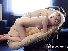 A casting Pornó, Szexi barna hajú letérdelt, majd vett nagy szopást a michelle wild filmek kezében. Haver, Nagy-Britanniának szopást fog adni a lencse előtt.