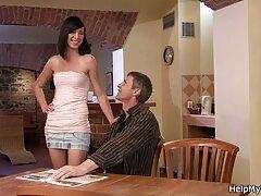 Míg a feleségem a szomszéd szobában alszik, a férfi családi szexvideok meghívta barátját a házba szexelni egy férfival. Csinos lány nem siet, hogy elveszíti a nadrág a férfi a lábát, majd lassan kezdett a férfi egy szopást. Gyönyörű Nyalás herék emberi, Szopás Nagy Kakas felálló magát. Orális szex Gyönyörű lány nem tetszik neki, de amikor a szerelem a rák, az ember továbbra is baszni a farkát, majd tartja az emberek-gyönyörű emberek hátulról szájjal, húzza a szíjat a péniszét, majd kemény.